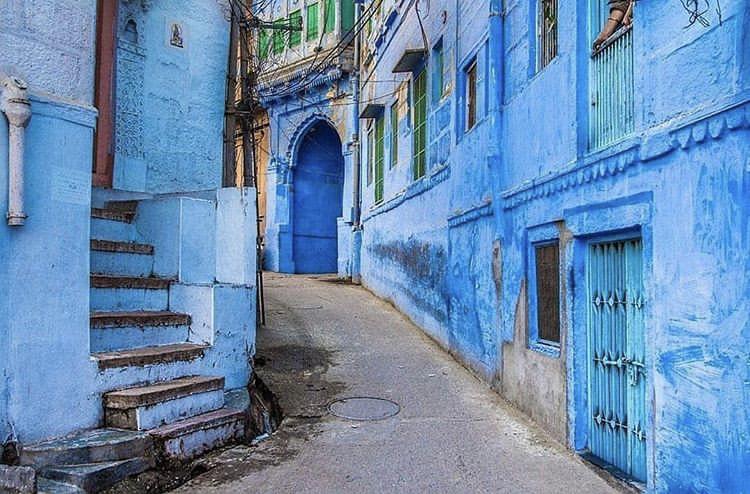 Blue buildings on a street in Jodhpur, Rajasthan